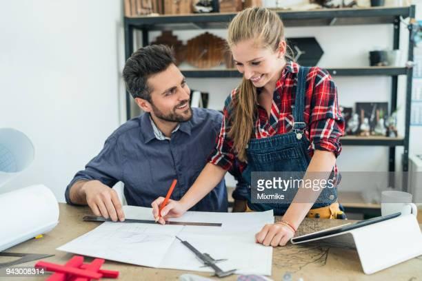 Paar Zimmerleute arbeiten in ihrem studio