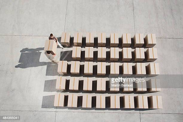 couple carrying box - formation stockfoto's en -beelden