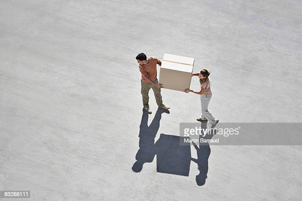 couple carrying box - carrying stock pictures, royalty-free photos & images