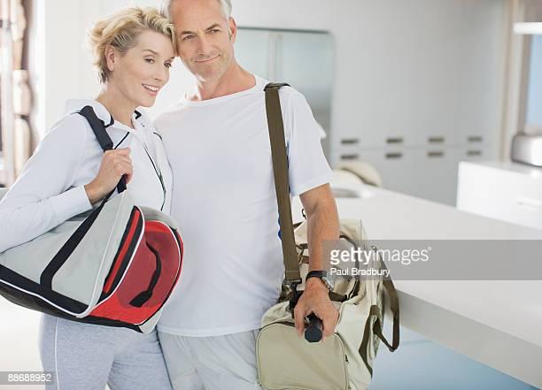 Couple transportant des sacs de sport