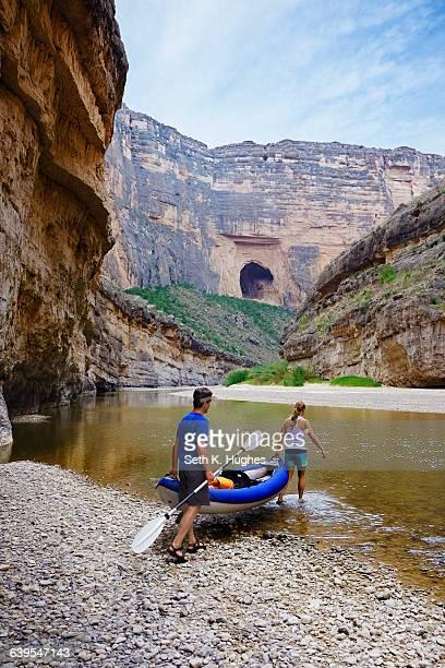 couple carrying kayak into river, big bend national park, texas - big bend national park stock pictures, royalty-free photos & images