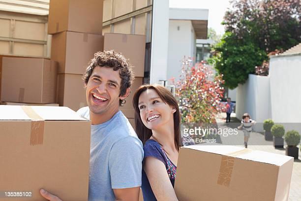 Paar tragen Kisten verschieben