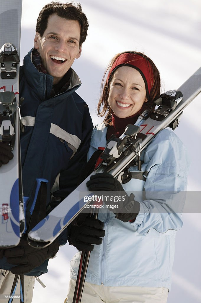 Couple carrying skis : Stockfoto