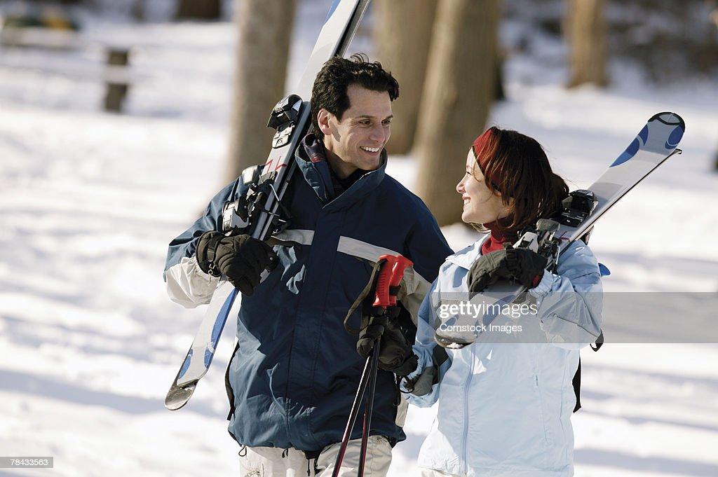 Couple carrying skis : Stockfoto