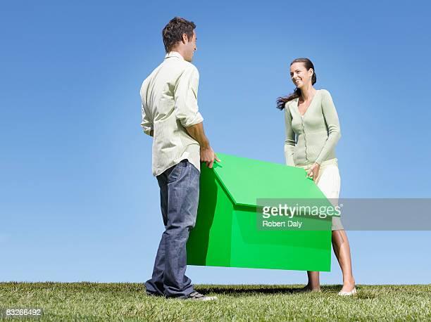 Couple transportant Petite Maison témoin