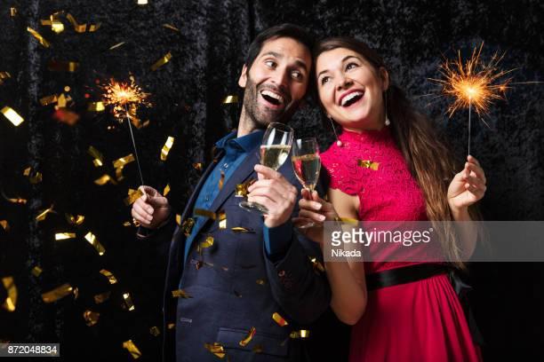 couple celebrating new year's eve - brindisi capodanno foto e immagini stock