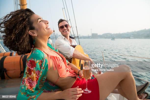 couple celebrating on a sailboat - taking a shot sport - fotografias e filmes do acervo
