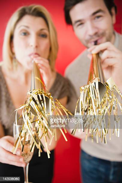 couple celebrating on new years eve - 25 29 years stock pictures, royalty-free photos & images
