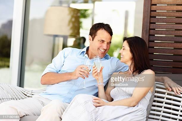Paar feiert mit Champagner