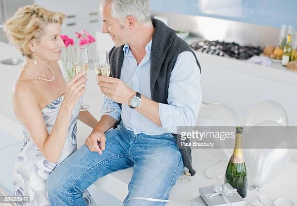 coppia festeggia con champagne - tre quarti foto e immagini stock