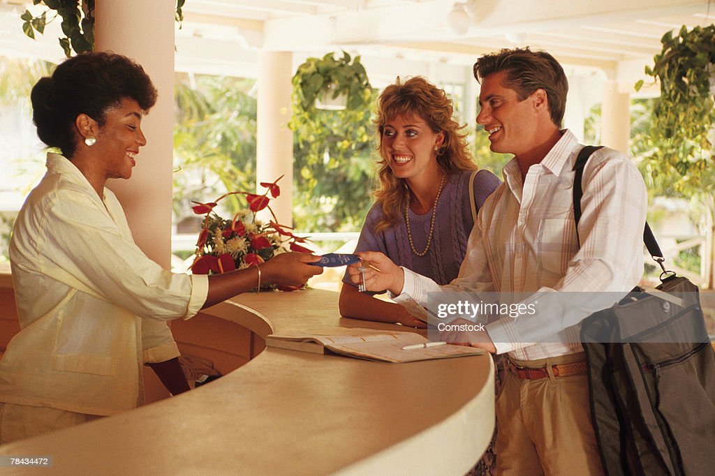 Couple checking into resort hotel : Stockfoto