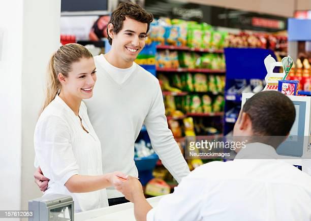 Paar, die im Supermarkt
