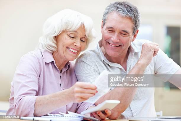 Paar, die ihre Rechnungen