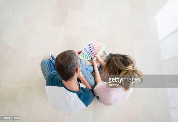 casal de escolher uma cor para pintar sua casa - escolhendo - fotografias e filmes do acervo
