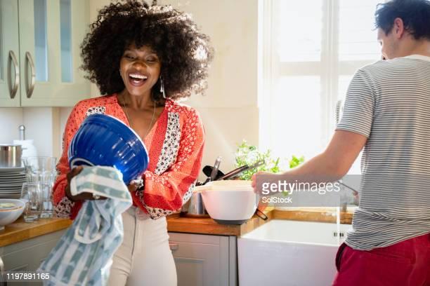 platos de limpieza de parejas - trapo de cocina fotografías e imágenes de stock