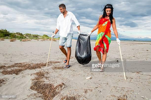 Limpieza de la playa en pareja