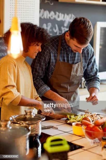 casal cozinhar juntos - cortar atividade - fotografias e filmes do acervo