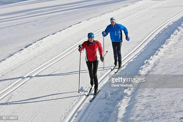 couple cross-country skiing. - クロスカントリースキー ストックフォトと画像