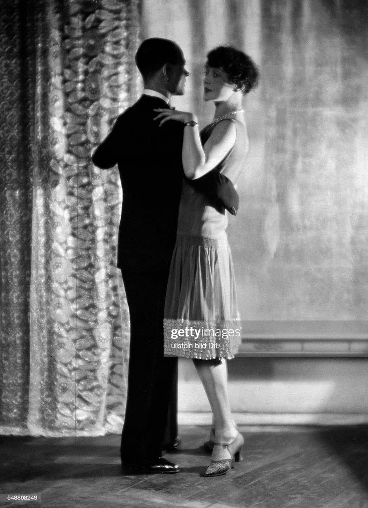 Couple dance: basic position in Charleston - 1926 - Photographer: Mario von Bucovich (Atelier Karl Schenker) - Published by: 'Uhu' 01/1926/27 Vintage property of ullstein bild : News Photo