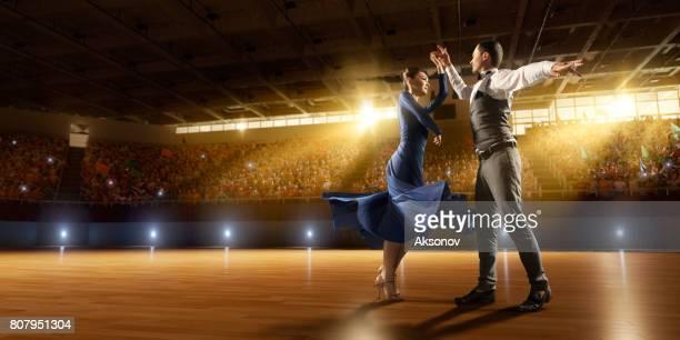 danseurs de couple ardemment exécutent la danse de l'amérique latine sur une grande scène professionnelle - danse latine photos et images de collection
