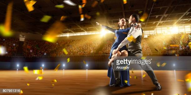 paar dansers voeren vurig de latijns-amerikaanse dans op een groot professioneel podium met sparkle vuurwerk - ukrainian angel stockfoto's en -beelden