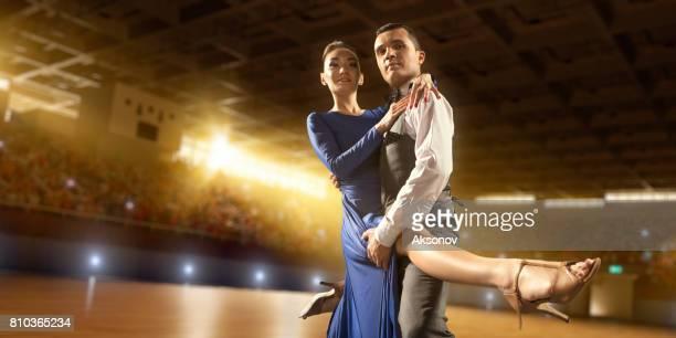 paar dansers voeren vurig de latijns-amerikaanse dans op een groot professioneel podium - ukrainian angel stockfoto's en -beelden