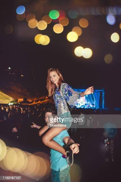 couple dancing at a concert - music festival imagens e fotografias de stock