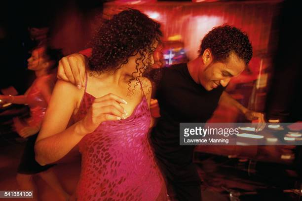 couple dancing at a nightclub - danse latine photos et images de collection