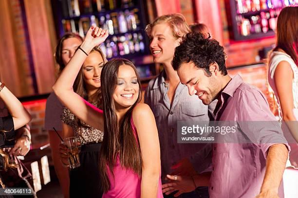 Pareja bailando en una fiesta