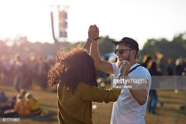couple dancing at music festival - konzert stock-fotos und bilder