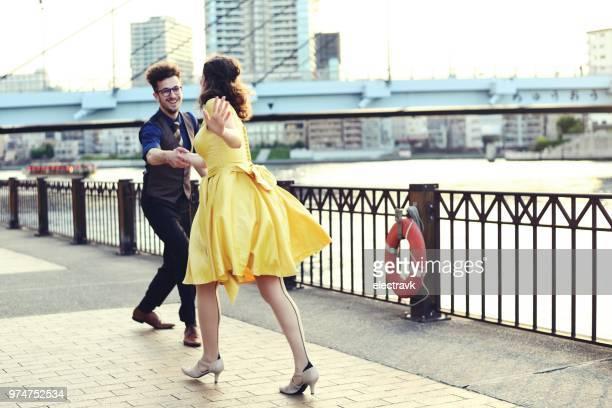 couple dansant au coucher du soleil - rock photos et images de collection