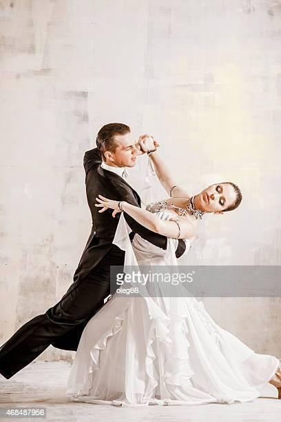 couple dancing, ballroom dancing - gewalt stockfoto's en -beelden