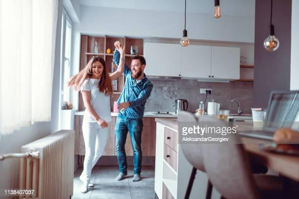 カップルダンスでキッチン - 暖房用ラジエーター ストックフォトと画像