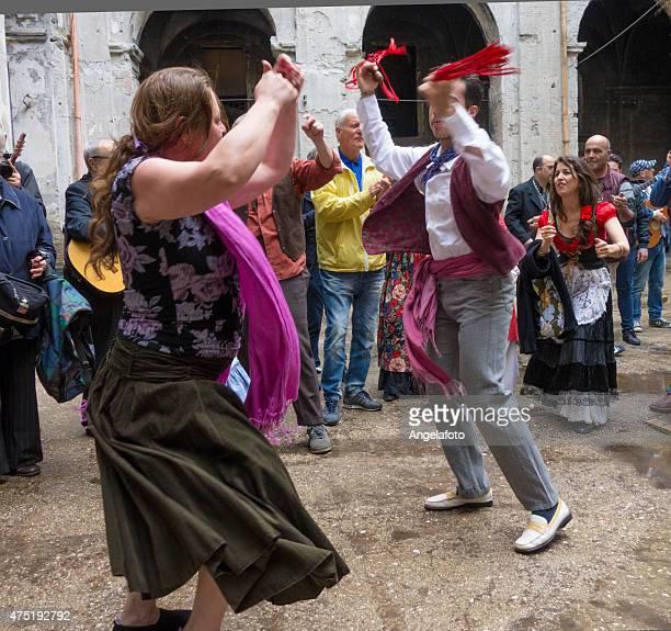 coppia ballare tarantella napoletana - tambourine foto e immagini stock