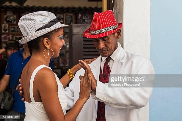 couple dancing near casa de la trova, calle (street) bartolome maso - casa stock-fotos und bilder