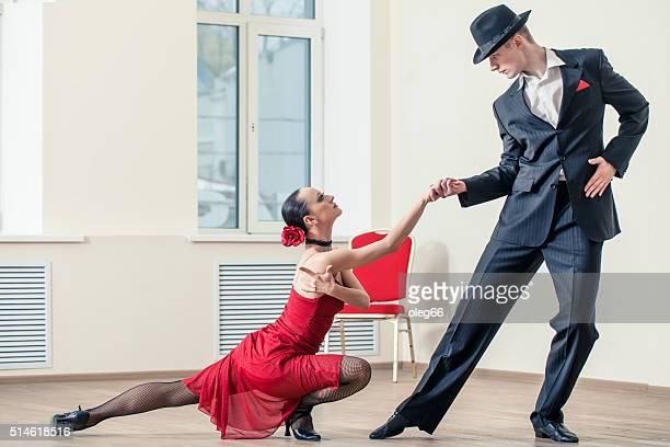 couple dansant le tango argentino - danse latine photos et images de collection