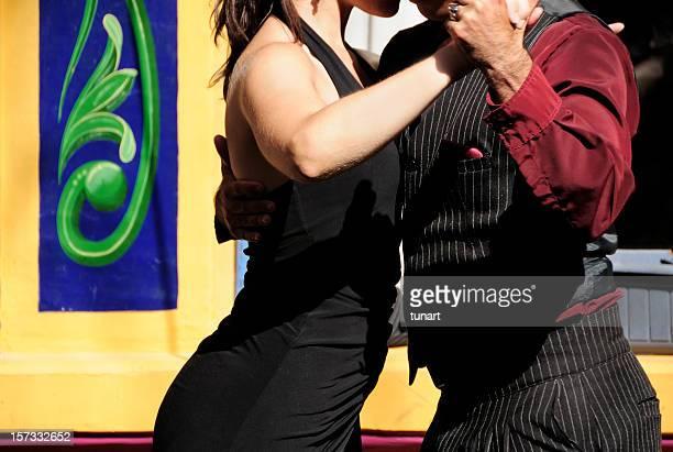 couple dancing tango in caminito, la boca, buenos aires, argentina - buenos aires stockfoto's en -beelden
