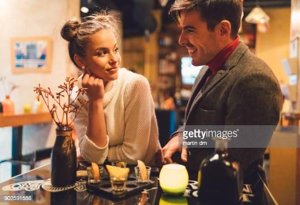 Couple remontant au bar