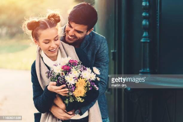couple dating on valentine's day - valentines day imagens e fotografias de stock