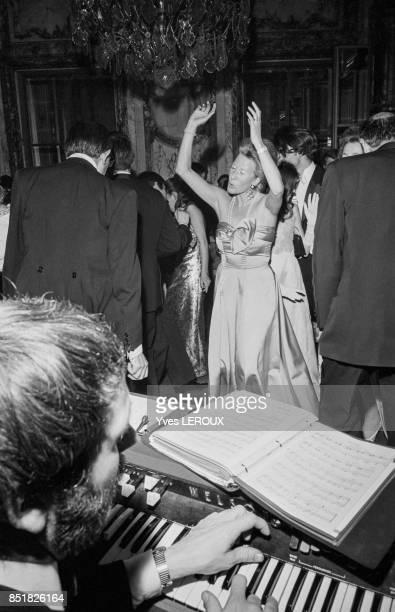 Couple de danseurs au bal de l'Opéra de Vienne le 5 mars 1970 à Paris France