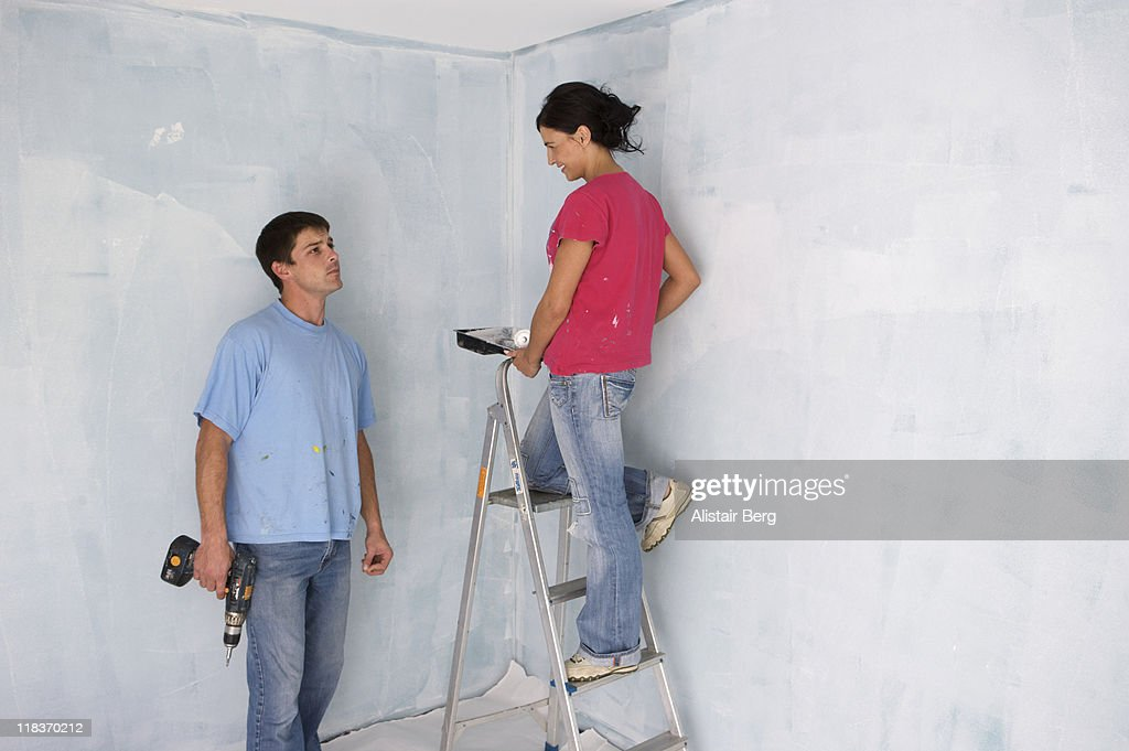 Couple decorating a room : Foto stock