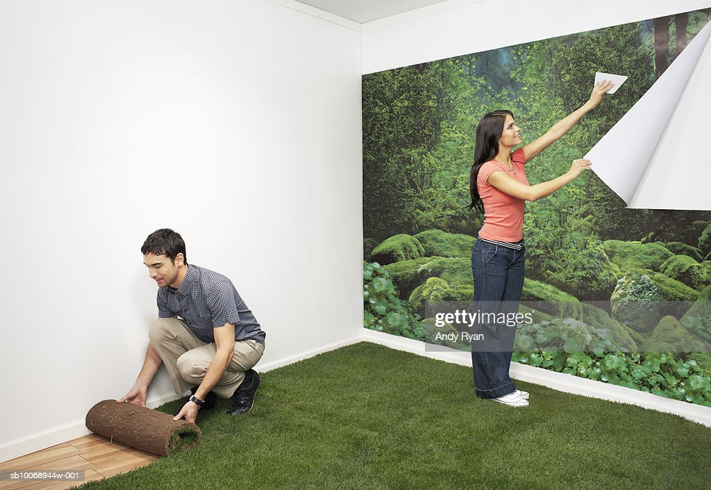 Couple decorating new home with nature themes : Stock Photo