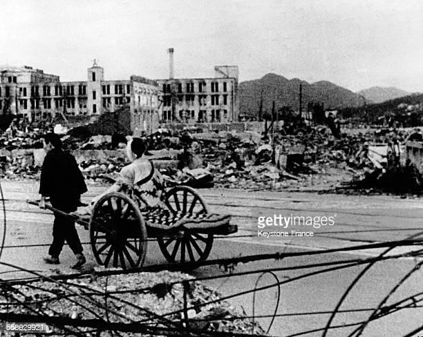 Couple d'habitants d'Hiroshima quittant la ville le lendemain de l'attaque atomique qui a fait 50 000 morts la femme a été blessé au visage et ils...