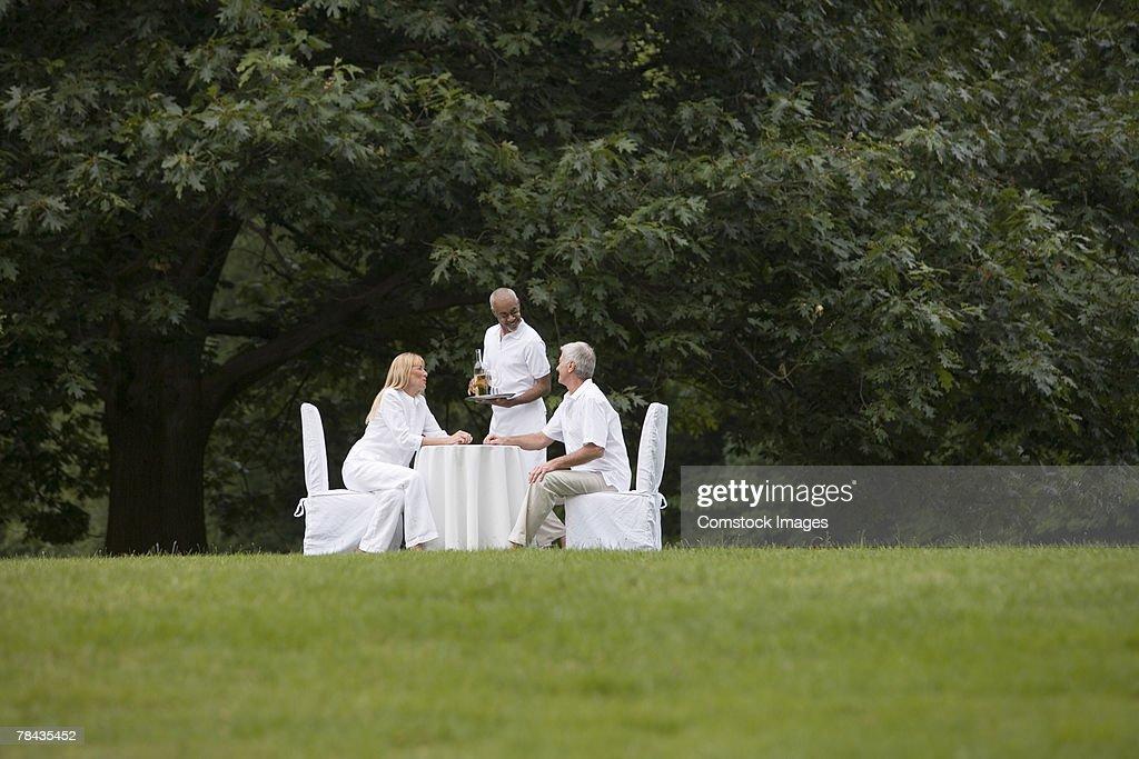 Couple dining outdoors : Stockfoto