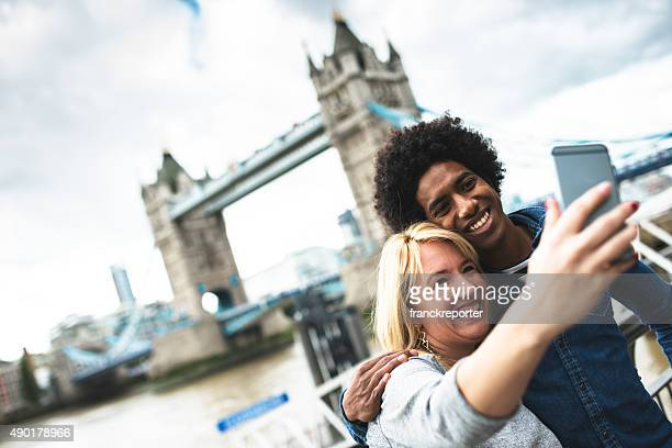 couple discovery london - tower bridge - london bridge england stock pictures, royalty-free photos & images