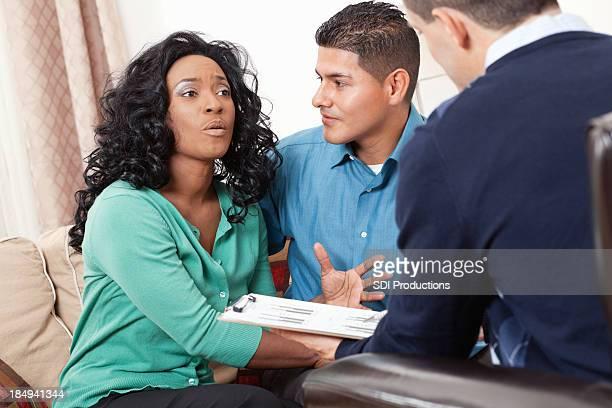 Couple discuter de leur situation financière conseiller