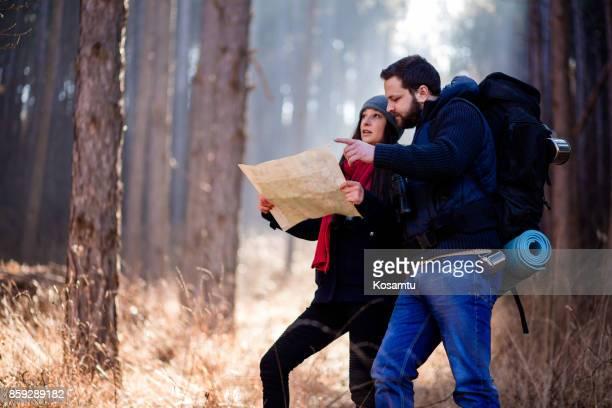 Couple discutant itinéraire de randonnée sur la carte de localisation