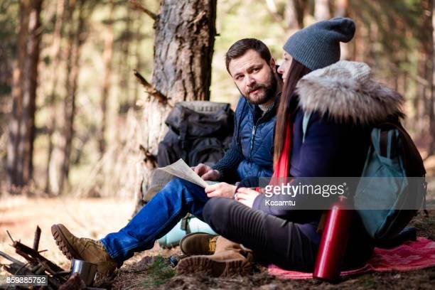 Couple discute randonnée Route