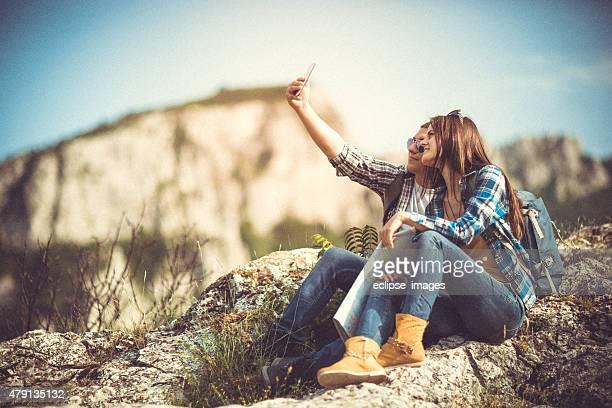 couple faisant un selfie sur la montagne