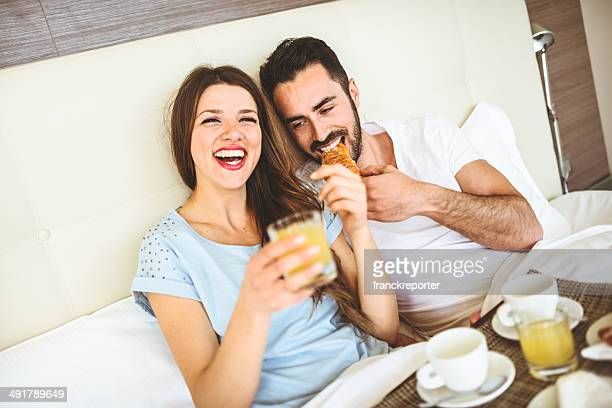Paar, die das Frühstück am Bett
